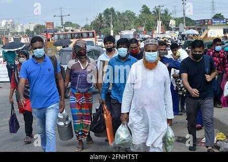Dhaka. 17 maggio 2021. La gente ritorna a Dhaka dopo la loro vacanza al festival di Eid al-Fitr, Bangladesh, il 17 maggio 2021. Per combattere la COVID-19, il Bangladesh ha dichiarato un blocco di otto giorni in vigore dall'aprile 14 all'aprile 21, che è stato successivamente esteso in fasi fino al maggio 16. Credit: Xinhua/Alamy Live News