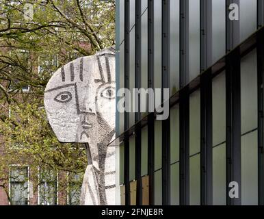 """Rotterdam, Paesi Bassi. 17 maggio 2021. La scultura in pietra """"Sylvette"""" di Pablo Picasso si trova di fronte al Museo Boijmans Van Beuningen. Credit: Soeren Stache/dpa-Zentralbild/dpa/Alamy Live News"""