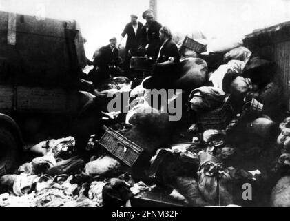 Nazismo / nazionalsocialismo, crimini, campi di concentramento, Auschwitz, Polonia, bagaglio di prigionieri givati, circa 1943, SOLO PER USO EDITORIALE