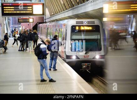 Rotterdam, Paesi Bassi. 17 maggio 2021. Una metropolitana della linea D in direzione di De Akkers entra alla stazione di Leuvenhaven. Credit: Soeren Stache/dpa-Zentralbild/dpa/Alamy Live News