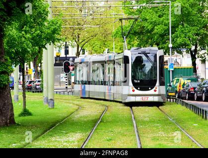 Rotterdam, Paesi Bassi. 17 maggio 2021. Un tram corre accanto alla strada Eendrachtsweg su rotaie in un letto di pista verde. Credit: Soeren Stache/dpa-Zentralbild/dpa/Alamy Live News