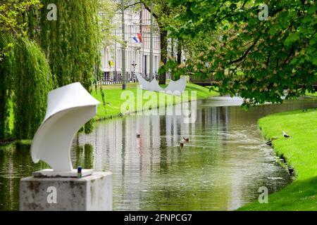 Rotterdam, Paesi Bassi. 17 maggio 2021. Un'opera d'arte si trova in un canale artificiale accanto alla strada Eendrachtsweg nel Parco dei Musei. Credit: Soeren Stache/dpa-Zentralbild/dpa/Alamy Live News