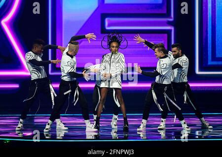 Il partecipante di Israele Eden Alene si esibisce durante la prima semifinale del Concorso Eurovision Song 2021 a Rotterdam, Paesi Bassi, il 18 maggio 2021. REUTERS/Piroschka Van de Wouw