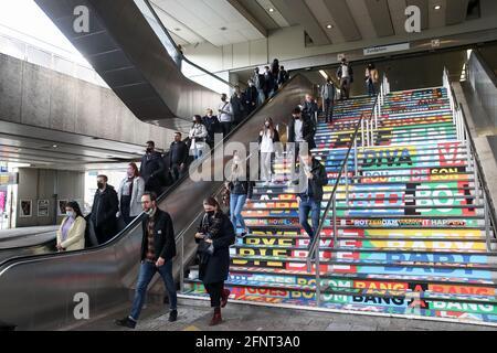 Rotterdam, Paesi Bassi. 17 maggio 2021. I cittadini scendono da una serie di scale decorate per promuovere il Concorso Eurovisione Song 2021 presso una delle stazioni della metropolitana di Rotterdam. Credit: Vyacheslav Prokofyev/TASS/Alamy Live News