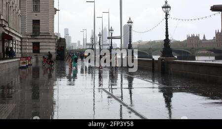 Sagome di diverse persone di età e riflessioni diverse in una giornata piovosa a Westminster, Londra, Gran Bretagna, 17 maggio 2021