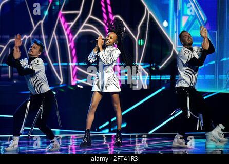 Il partecipante di Israele Eden Alene si esibisce durante la prova di vestito della Grande finale della Giuria del Concorso Eurovision Song 2021 a Rotterdam, Paesi Bassi, 21 maggio 2021. REUTERS/Piroschka van de Wouw