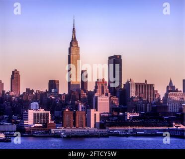 2006 STORICO EMPIRE STATE BUILDING (©SHREVE AGNELLO & HARMON 1931) MIDTOWN SKYLINE HUDSON RIVER MANHATTAN NEW YORK CITY USA