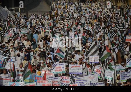 Peshawar, Pakistan. 21 Maggio 2021. Maulana Fazlur Rehman, capo di Jamiat Ulema-e-Islam, guida di un rally anti-Israele, e i lavoratori bruciano una rappresentazione di una bandiera israeliana durante una manifestazione a sostegno dei palestinesi in conflitto con gli israeliani. (Foto di Hussain Ali/Pacific Press) Credit: Pacific Press Media Production Corp./Alamy Live News