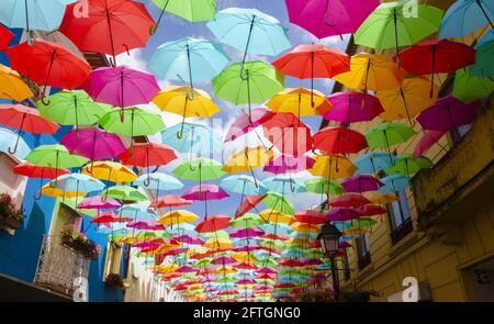 Ombrelli colorati sotto un cielo blu vicino al cielo di Umbrella Progetto su Rua Luís de Camões