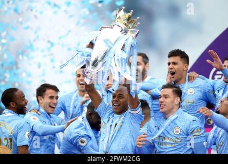 Fernandinho (centro) di Manchester City solleva il trofeo della Premier League con i compagni di squadra dopo il fischio finale nella partita della Premier League all'Etihad Stadium di Manchester. Data immagine: Domenica 23 maggio 2021.