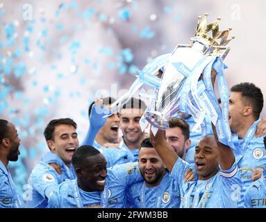 Fernandinho di Manchester City alza il trofeo dopo il fischio finale nella partita della Premier League all'Etihad Stadium di Manchester. Data immagine: Domenica 23 maggio 2021.