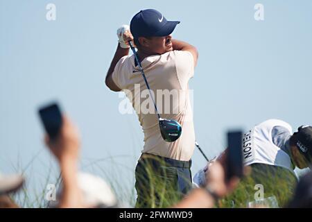 Isola di Kiawah, Stati Uniti. 23 maggio 2021. Brooks Koepka si tee' via durante l'ultimo round al 103mo Campionato PGA al Kiawah Island Golf Resort Ocean Course sull'Isola di Kiawah, South Carolina, domenica 23 maggio 2021. Foto di Richard Ellis/UPI Credit: UPI/Alamy Live News