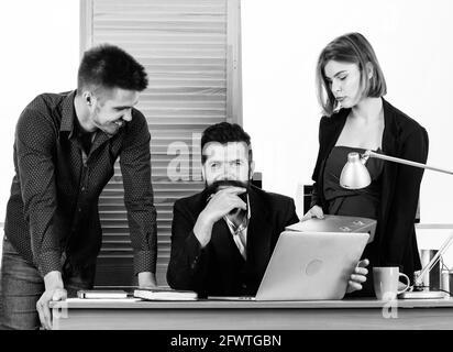 Conferenza di gestione. Persone che lavorano e comunicano alla conferenza aziendale. Gruppo di lavoro che tiene una videoconferenza sul laptop. Tecnico