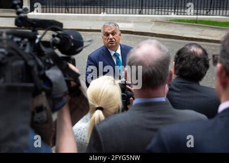 Il primo ministro britannico Boris Johnson dà il benvenuto al PM ungherese Viktor Mihály Orbán a 10 Downing Street il 28 maggio 2021, come viene interrogato dalla stampa.
