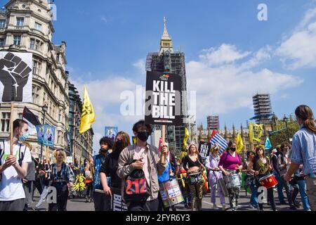 Londra, Regno Unito. 29 maggio 2021. I manifestanti attraversano la Piazza del Parlamento durante la protesta di Kill the Bill. Vari gruppi di manifestanti hanno marciato attraverso il centro di Londra in opposizione alla polizia, al crimine, alle sentenze e ai tribunali Bill. Credit: SOPA Images Limited/Alamy Live News