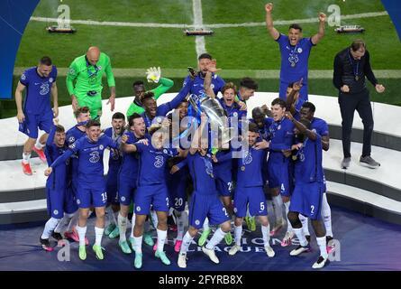 Cesar Azpilicueta di Chelsea (centro) e i compagni di squadra festeggiano con il trofeo dopo la finale della UEFA Champions League che si è tenuta all'Estadio do Dragao di Porto, in Portogallo. Data immagine: Sabato 29 maggio 2021.