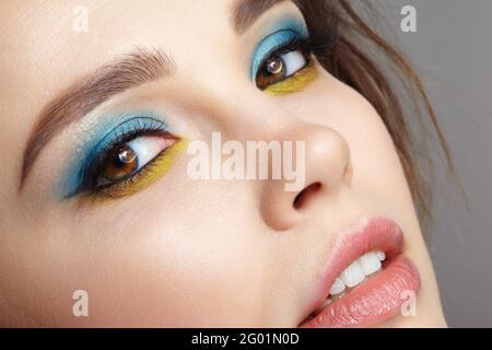 Primo piano ritratto di giovane donna. Macro shot closeup del viso femminile umano. Donna con trucco naturale sera Vogue eye beauty. Viso con pelle perfetta