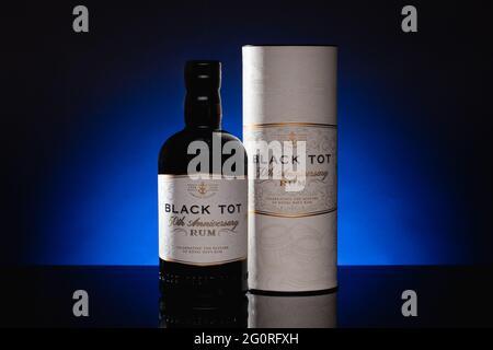 Praga, Repubblica Ceca - 18 Marzo, 2021: Black Tot 50 ° anniversario Rum su sfondo blu.