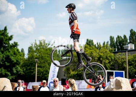 Berlino, Germania. 06 giugno 2021. Finali 2021 - Trial, Trial Elite 26: Jannis Oing salta sopra l'ostacolo con la sua bici di prova. Credit: Fabian Sommer/dpa/Alamy Live News