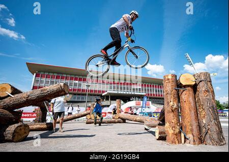 Berlino, Germania. 06 giugno 2021. Finali 2021 - Trial, Trial Elite 26: Oliver Widmann salta sopra l'ostacolo con la sua bici di prova. Credit: Fabian Sommer/dpa/Alamy Live News