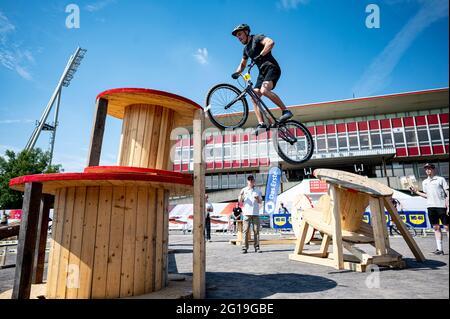 Berlino, Germania. 06 giugno 2021. Finali 2021 - Trial, Trial Elite 26: Raphael Zehentner salta sopra l'ostacolo con la sua bici di prova. Credit: Fabian Sommer/dpa/Alamy Live News