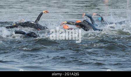 Berlino, Germania. 06 giugno 2021. Triathlon: Campionato tedesco, sprint, uomini: Gli atleti sono sulla loro strada nel Wannsee. Credit: Paul Zinken/dpa-Zentralbild/dpa/Alamy Live News