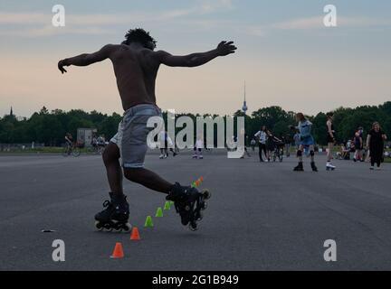 Berlino, Germania. 06 giugno 2021. Soumaila e molte altre persone stanno pattinando in linea su Tempelhofer Feld. Credit: Annette Riedl/dpa/Alamy Live News