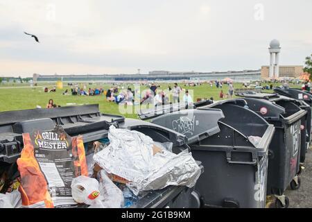 Berlino, Germania. 06 giugno 2021. I sacchetti vuoti del barbecue si trovano nei bidoni dei rifiuti su Tempelhofer Feld. Credit: Annette Riedl/dpa/Alamy Live News