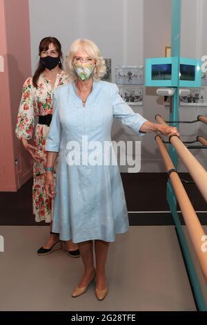 La Duchessa di Cornovaglia, vice-patrona della Royal Academy of Dance, con Dame Darcey Bussell durante una visita al Victoria and Albert Museum di Londra per vedere la mostra centenaria dell'accademia, intitolata 'on Point: Royal Academy of Dance at 100'. Data immagine: Mercoledì 9 giugno 2021.