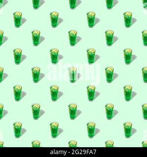 motivo loop senza cuciture con un bicchiere trasparente di bevanda verde su sfondo pastello. ombre dure dal sole a mezzogiorno
