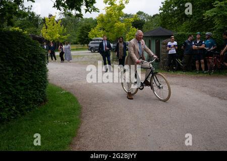 """Il Principe del Galles si svolge in bicicletta con i rappresentanti del British Asian Trust ad Highgrove, nel Gloucestershire, prima di intraprendere l'evento ciclistico """"Palaces on Wheels"""" dell'ente benefico. Data immagine: Giovedì 10 giugno 2021."""