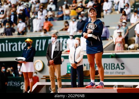 Parigi, Francia. 12 giugno 2021. Barbora Krejcikova della Repubblica Ceca presenta il trofeo al torneo di tennis Open Grand Slam di Roland Garros, Parigi, Francia 2021. Frank Molter/Alamy Notizie dal vivo