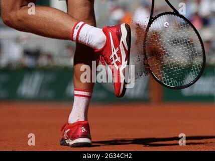 Parigi, Francia. 13 giugno 2021. Novak Djokovic della Serbia reagisce durante la finale maschile di Singles contro Stefanos Tsitsipas della Grecia al torneo di tennis francese Open di Roland Garros a Parigi, in Francia, il 13 giugno 2021. Credit: Gao Jing/Xinhua/Alamy Live News