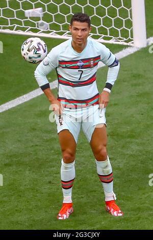 BUDAPEST, UNGHERIA - 15 GIUGNO: Cristiano Ronaldo dal Portogallo si allontana durante la partita del Gruppo F del Campionato UEFA Euro 2020 tra Ungheria e Portogallo il 15 giugno 2021 a Budapest, Ungheria. (Foto di MB Media)