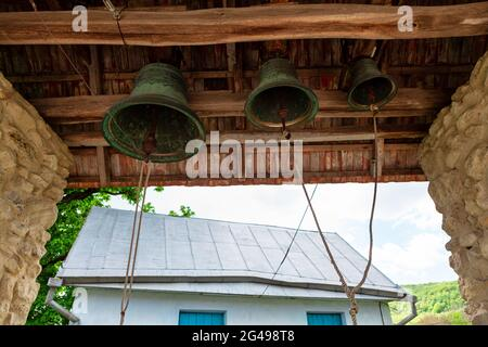 Campane della Chiesa fatte di ferro . Campane squillano per i momenti buoni e cattivi . Vecchio Belfry di legno