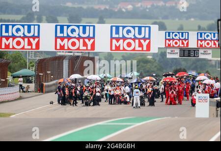 Hohenstein Ernstthal, Germania. 20 Giugno 2021. Motorsport/Moto, Gran Premio di Germania, MotoGP al Sachsenring: Le squadre si allineano prima della gara. Credit: Jan Woitas/dpa-Zentralbild/dpa/Alamy Live News