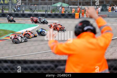 Hohenstein Ernstthal, Germania. 20 Giugno 2021. Motorsport/Moto, Gran Premio di Germania, MotoGP al Sachsenring: Un maresciallo guarda la gara. Credit: Jan Woitas/dpa-Zentralbild/dpa/Alamy Live News