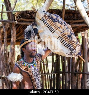 Lesedi Cultural Village, Sudafrica - 4 novembre 2106: Dimostrazione di guerriero Zulu. Tribesman in costume Zulu di pelli con decorazione a perline, un fe