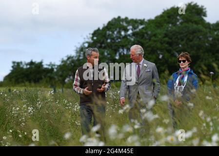 Il Principe del Galles cammina con i fondatori degli allevamenti Ian e Celene Wilkinson durante la sua visita ad Farmed, un nuovo centro per l'educazione agricola e alimentare alla Honeydale Farm, Shipton-under-Wychwood, Oxfordshire. Data immagine: Martedì 22 giugno 2021.