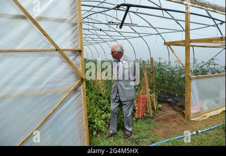 Il Principe del Galles durante la sua visita ad Farmed, un nuovo centro per l'educazione agricola e alimentare a Honeydale Farm, Shipton-under-Wychwood, Oxfordshire. Data immagine: Martedì 22 giugno 2021.