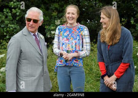 Il Principe del Galles parla con gli apicoltori Tanya Hawkes e sua figlia Esme durante la sua visita ad Farmed, un nuovo centro per l'educazione agricola e alimentare a Honeydale Farm, Shipton-under-Wychwood, Oxfordshire. Data immagine: Martedì 22 giugno 2021.