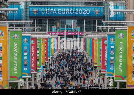 Wembley Stadium, Wembley Park, Regno Unito. 22 giugno 2021. Gli appassionati d'Inghilterra camminano lungo la Olympic Way, dirigendosi verso lo stadio di Wembley, prima della partita delle loro squadre contro la Repubblica Ceca questa sera. La partita finale del Gruppo D del Campionato europeo di calcio UEFA al Wembley Stadium inizia alle 20:00. Amanda Rose/Alamy Live News