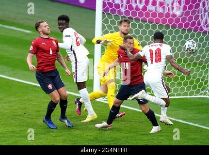 Il Raheem Sterling (a destra) dell'Inghilterra segna il primo gol della partita durante la partita UEFA Euro 2020 Group D al Wembley Stadium di Londra. Data immagine: Martedì 22 giugno 2021.