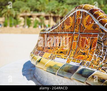Astratto mosaico ceramico modello di tessere nel parco di Barcellona Guell. Spagna
