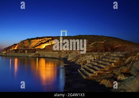 """Il Portara (letteralmente """"Grande porta"""") a Chora, la capitale dell'isola di Naxos, Cicladi, Grecia. Apparteneva probabilmente ad un antico Tempio di Apollo"""
