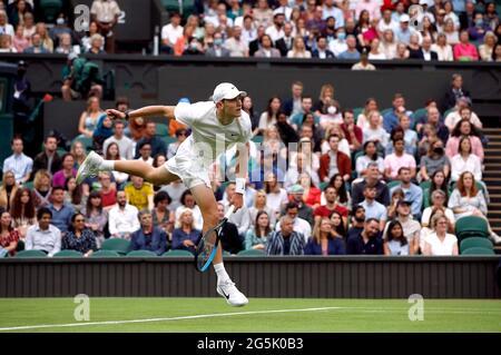 Tennis - Wimbledon - All England Lawn Tennis and Croquet Club, Londra, Gran Bretagna - 28 giugno 2021 Jack Draper britannico in azione durante il suo primo round match contro la Serbia Novak Djokovic REUTERS/Paul Childs