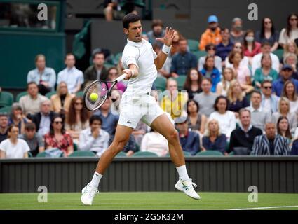 Tennis - Wimbledon - All England Lawn Tennis and Croquet Club, Londra, Gran Bretagna - 28 giugno 2021 Novak Djokovic in azione durante il suo primo round match contro Jack Draper REUTERS/Paul Childs della Gran Bretagna