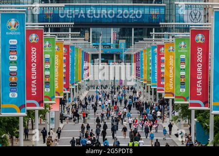 Wembley Stadium, Wembley Park, Regno Unito. 29 giugno 2021. Gli appassionati di Inghilterra arrivano presto lungo Olympic Way, in vista della FINALE EURO 2020 16 tra Inghilterra e Germania allo stadio di Wembley. Campionato europeo di calcio UEFA. Amanda Rose/Alamy Live News