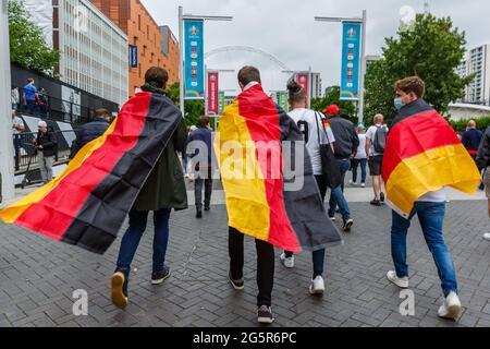 Wembley Stadium, Wembley Park, Regno Unito. 29 giugno 2021. I fan tedeschi hanno bevuto nella Bandiera tedesca, si dirigono lungo la Olympic Way fino al Wembley Stadium prima della FINALE EURO 2020 16 tra Inghilterra e Germania. Campionato europeo di calcio UEFA. Amanda Rose/Alamy Live News