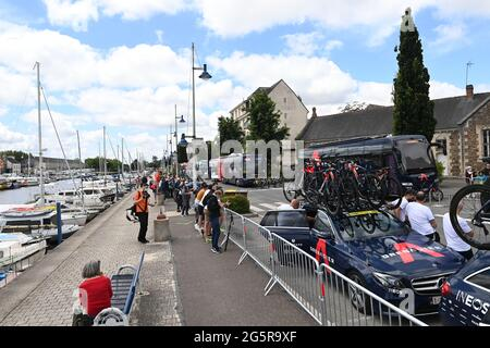 Francia, Fougeres, Redon, 29/06/2021, Tour de France 2021, fase 4, Redon a Fougeres. Gli INEOS Grenediers sono parcheggiati nel paddock del team all'inizio della gara.